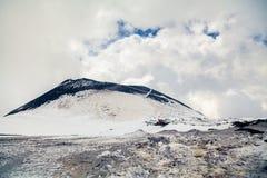 Cratere sulla cima di Etna in primavera Fotografie Stock Libere da Diritti
