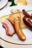 Crauti con la salsiccia ed il prosciutto Immagini Stock