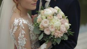 Выхольте с невестой около озера в парке Пары свадьбы ( видеоматериал