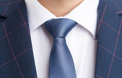 Cravate bleue et costume élégant à carreaux Image libre de droits