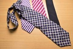Cravate colorée assortie sur le fond en bois Photographie stock libre de droits