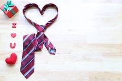 Cravate de coeur et boîte-cadeau rouge avec le ruban rouge et coeur fait main de crochet sur le fond en bois pour le jour de père photos libres de droits