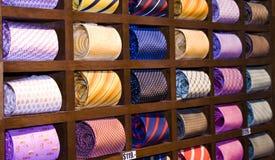 Cravates dans une étagère photo libre de droits