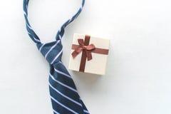 cravatta con la vista del regalo da sopra l'iscrizione felice di festa del papà Fotografia Stock