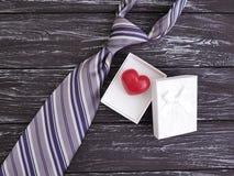 Cravatta, cuore, fondo di legno nero festivo del contenitore di regalo vecchio, giorno felice del ` s del padre, retro Fotografie Stock Libere da Diritti