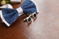 Cravatta a farfalla e gemelli per lo sposo immagine stock libera da diritti