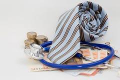 Cravatta, soldi e uno stetoscopio Fotografie Stock