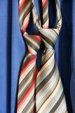 Cravatta su priorità bassa blu Fotografia Stock