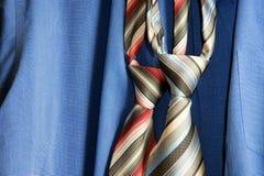Cravatta su priorità bassa blu Immagine Stock
