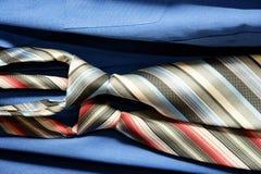 Cravatta su priorità bassa blu Immagini Stock Libere da Diritti