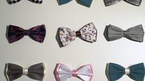 Cravatte a farfalla degli uomini in un deposito stock footage