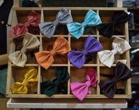 Cravatte a farfalla di varietà in legno fotografie stock libere da diritti