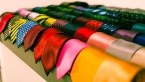 Cravatte sui ganci nel negozio di vestiti degli uomini Immagini Stock Libere da Diritti