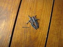 Cravo em um fundo de madeira marrom Fotografia de Stock Royalty Free