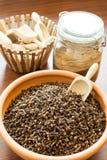 Cravos-da-índia da especiaria em uma bacia Imagem de Stock Royalty Free