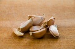 Cravos-da-índia de alho pequenos na tabela imagens de stock royalty free