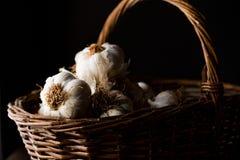 Cravos-da-índia e bulbo de alho na cesta Temperamental escuro Fotos de Stock Royalty Free