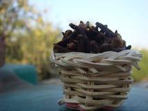 Cravos-da-índia na cesta Imagem de Stock