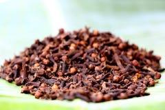 Cravos-da-índia secados no fundo natural imagem de stock