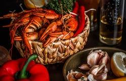 Crawfishes com vegetais foto de stock