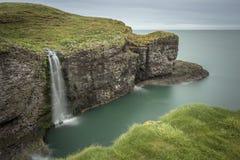 Crawton vattenfall, Stonehaven, Skottland fotografering för bildbyråer