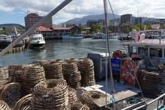 Cray рыбацкая лодка на доке конституции Хобарта Стоковое Фото