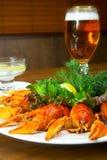 Crayfishs con la cerveza en un vector en el restaurante Fotos de archivo