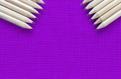 Crayon, éducation, tricotée, fond violet image stock