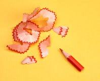 Crayon affilé par rouge avec des copeaux photos libres de droits