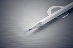 Crayon affilé sur un fond métallique Photos libres de droits