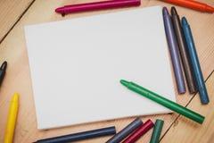 Crayon avec la toile de peinture sur le fond en bois Image stock