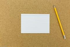 Crayon avec le papier sur le panneau de liège Photo libre de droits