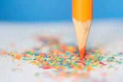 Crayon avec les copeaux colorés Image libre de droits