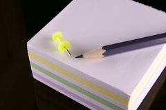 Crayon, broche et le bloc de notes Photo stock