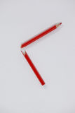Crayon coloré cassé rouge sur le fond blanc Photographie stock