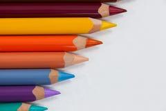 Crayon coloré de couleur disposé dans la ligne diagonale Images libres de droits