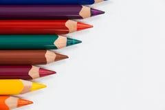 Crayon coloré de couleur disposé dans la ligne diagonale Images stock