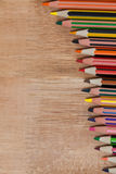 Crayon coloré de couleur disposé dans la ligne diagonale Photographie stock libre de droits