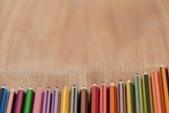 Crayon coloré de couleur disposé dans la ligne diagonale Photos stock