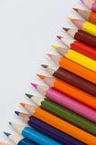 Crayon coloré de couleur disposé dans la ligne diagonale Photos libres de droits