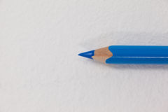 Crayon coloré par bleu sur le fond blanc Images stock