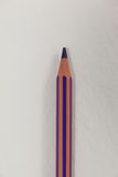 Crayon coloré par pourpre sur le fond blanc Photographie stock