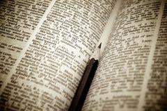 Crayon comme signet dans un dictionnaire Images stock
