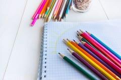 Crayon d'aspiration dans un carnet Image libre de droits
