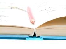 Crayon dans le livre. Photographie stock