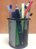 Crayon de bureau dans la tasse d'isolement Photographie stock