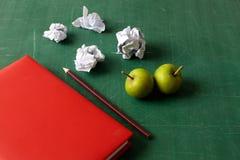 Crayon de carnet et papier chiffonné Photos libres de droits