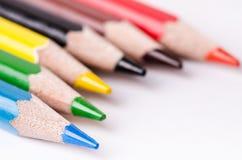 Crayon de couleur d'isolement sur un fond blanc Lignes des crayons réserve vieux d'isolement par éducation de concept Un bon nomb Images stock