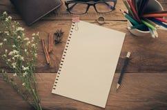 Crayon de couleur de crayon de carnet sur la table en bois - modifiez la tonalité le vintage photographie stock