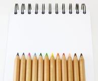 Crayon de couleur de livre de croquis Photos libres de droits